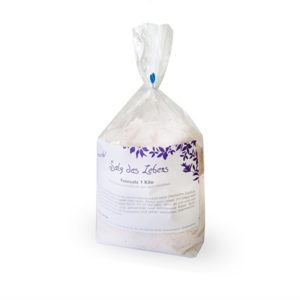 Eine, mit Salz gefüllte, transparente Tüte mit einem weissen Etikett.