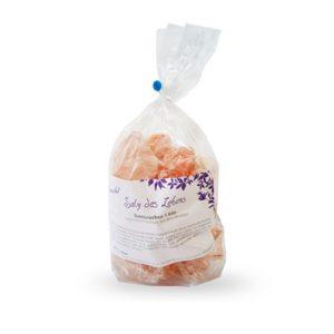 Eine, mit Salzbrocken gefüllte, transparente Tüte mit einem weissen Etikett.