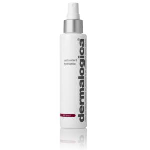 Eine weisse Sprühflasche antioxidant hydramist von Dermalogica. Unten sieht man einen Teil der Spiegelung von der Flasche. Der Hintergrund ist weiss.